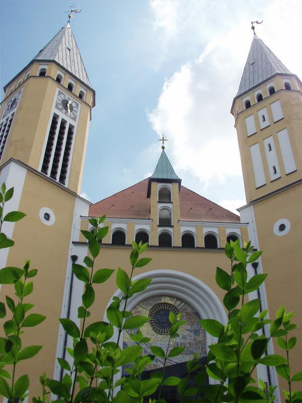 Bild vergrößern: Kreuzbergkirche Aussenansicht Sommer